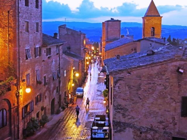 Uno scorcio del borgo al tramonto di Certaldo