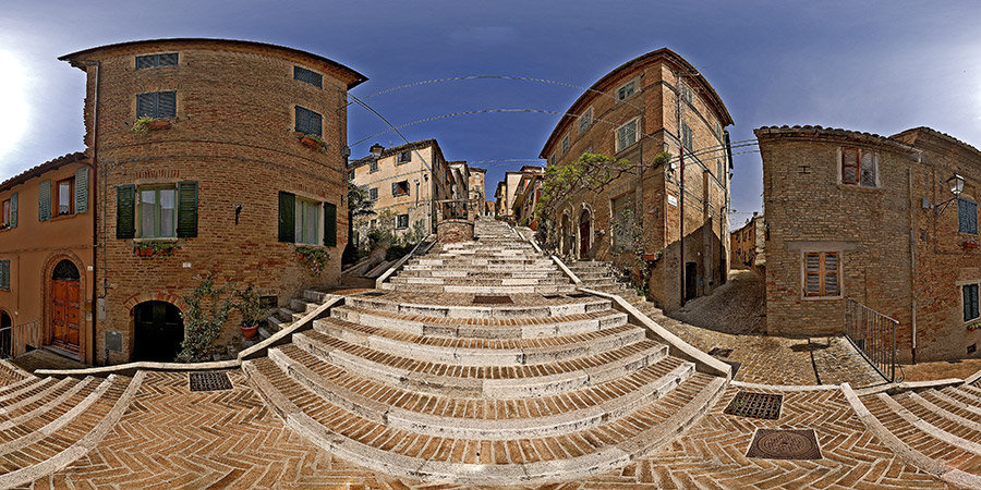 La scalinata del centro storico di Corinaldo