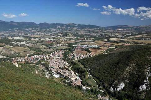 Una foto aerea del panorama di Esanatoglia