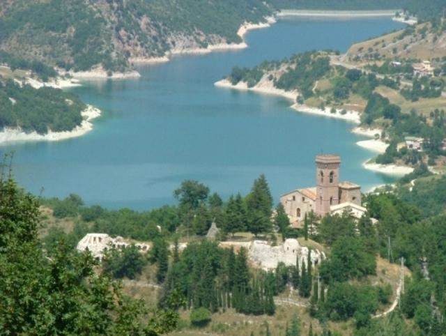 Il panorama del lago e del castello Magalotti di Fiastra