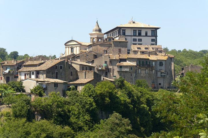 Lo scorcio del palazzo Farnese di Gradoli