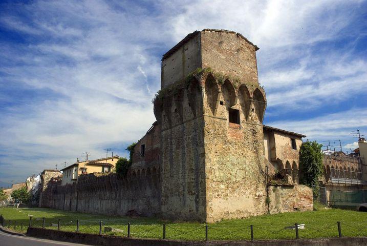 Uno scorcio con le mura del borgo di Lastra a Signa