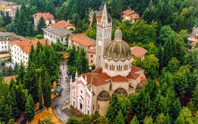Una foto panoramica con la chiesa di Lizzano in Belvedere
