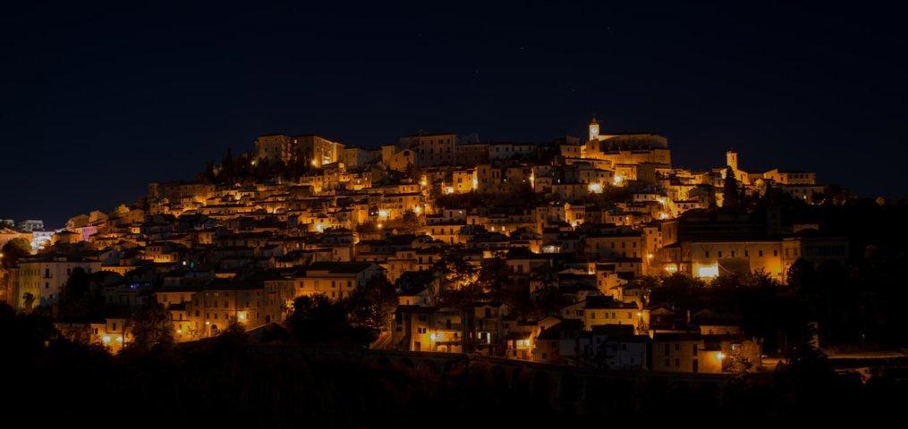 Il panorama notturno di Loreto Aprutino