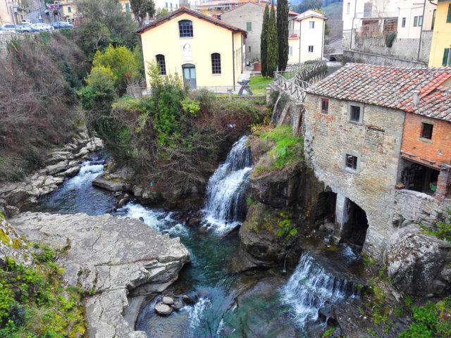 Lo scorcio con il fiume del borgo di Loro Ciuffenna