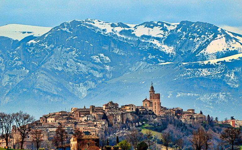 Il panorama con i monti con la neve di Mogliano