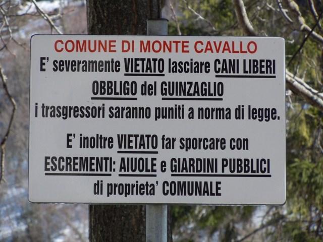 Un cartello dell'ordinanza comunale di Monte Cavallo