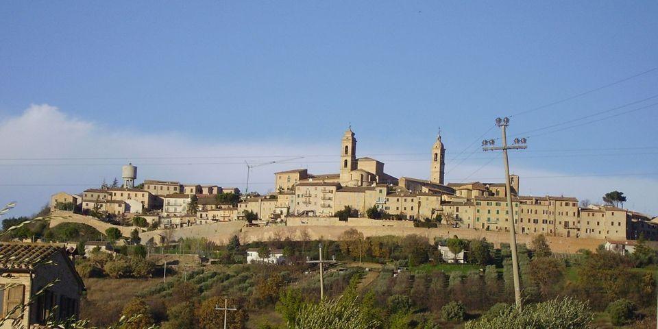 Il panorama del borgo antico di Montecosaro
