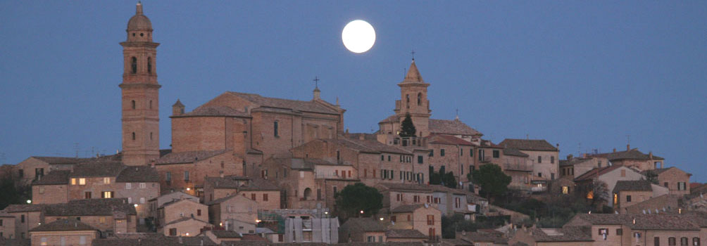 Il panorama del borgo di Morrovalle con la luna piena