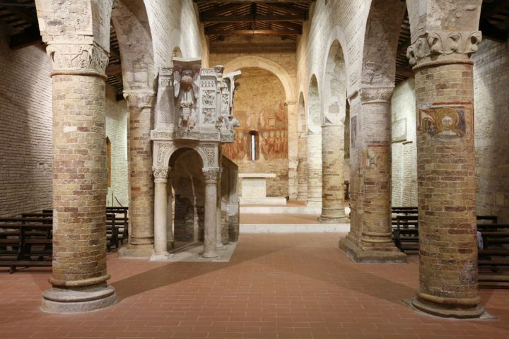 L'interno dell'Abbazia di Santa Maria del Lago di Moscufo