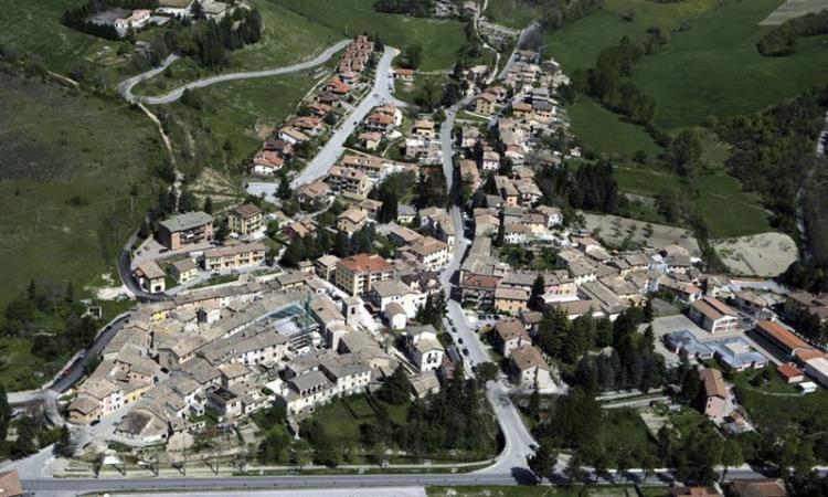 Il panorama aereo del borgo di Muccia
