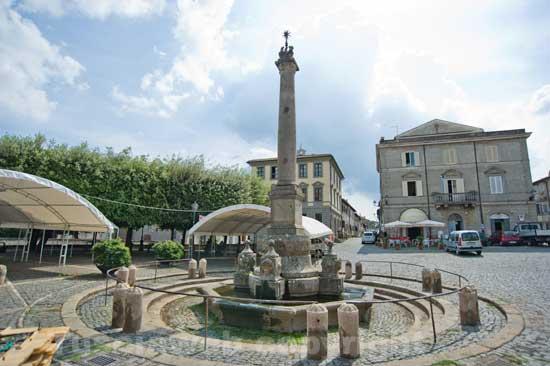 La fontana delle Picchie e il palazzo comunale di Oriolo Romano
