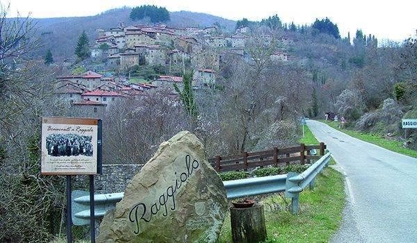 Il panorama della frazione di Raggiolo del comune di Ortignano Raggiolo