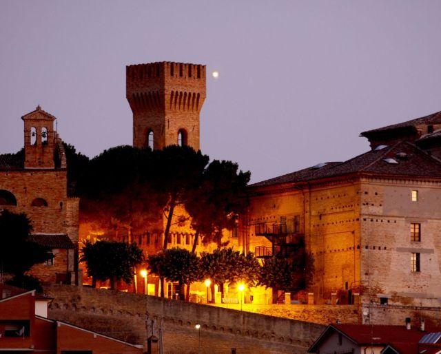 Il panorama del borgo di Ostra di notte
