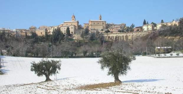 Il panorama del borgo innevato di Petriolo