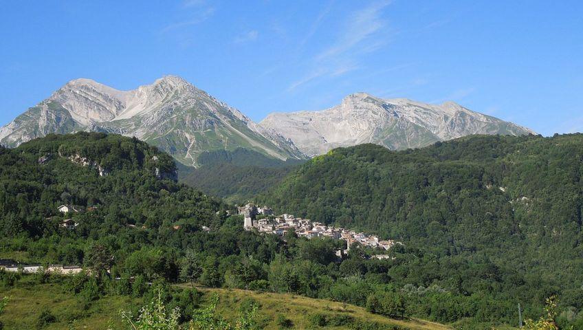 Il panorama con i monti del borgo di Pietracamela