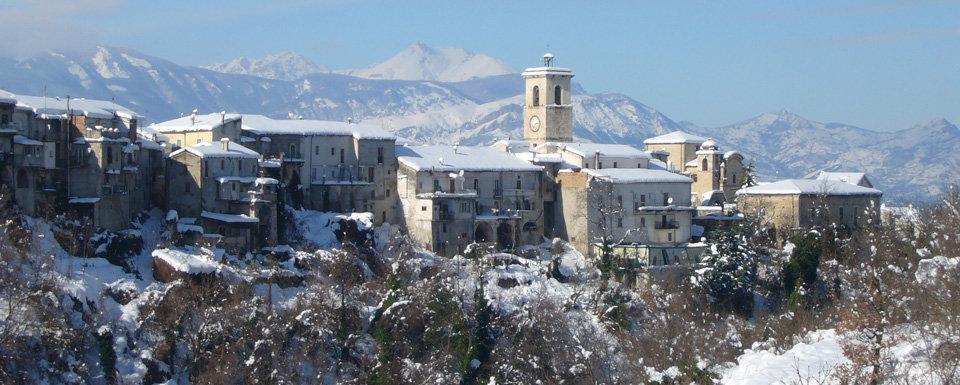 Il panorama della città innevata di Roccamorice