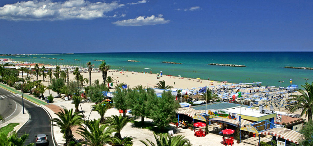Una foto d'estate della spiaggia di San Benedetto del Tronto