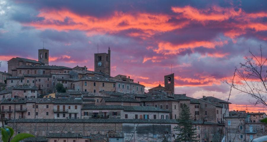 Il panorama all'alba del borgo di Sarnano