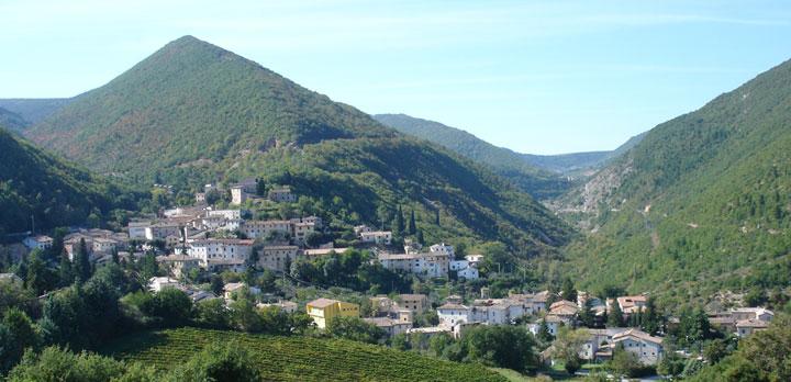 Il panorama del borgo di Serrapetrona