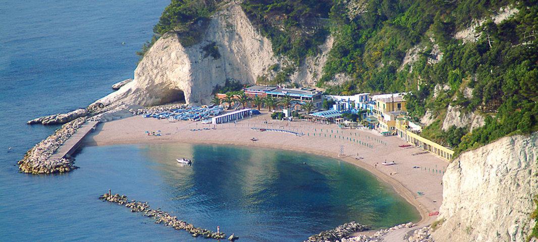 La spiaggia della baia di Sirolo