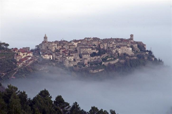 Il panorama con la nebbia del Borgo di Stroncone