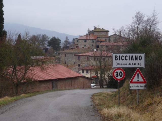 Il castello stradale della frazione di Bicciano di Talla