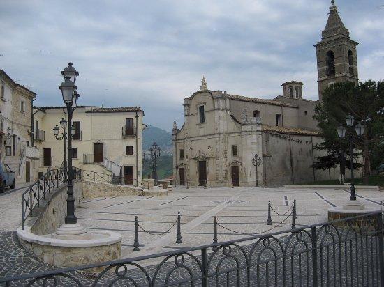 Unos corcio con la piazza e la chiesa di Tocco da Casauria