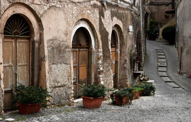 Uno scorcio del borgo antico di Vicoli