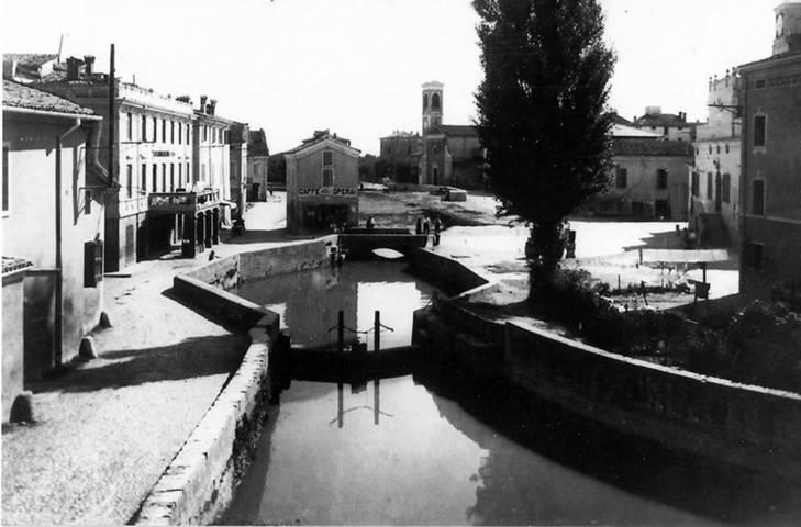 Una immagine storica del borgo con il canale di Bastiglia