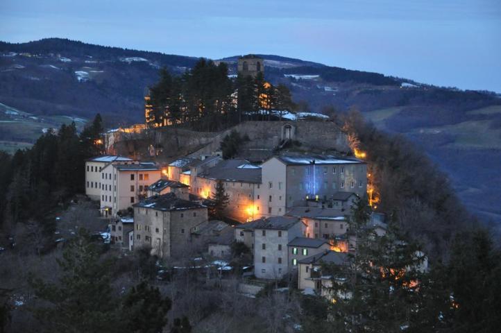 Il panorama del borgo di Montecreto al tramonto