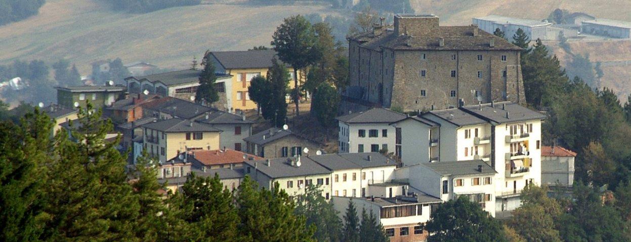 Il panorama del paese con la rocca di Montefiorino