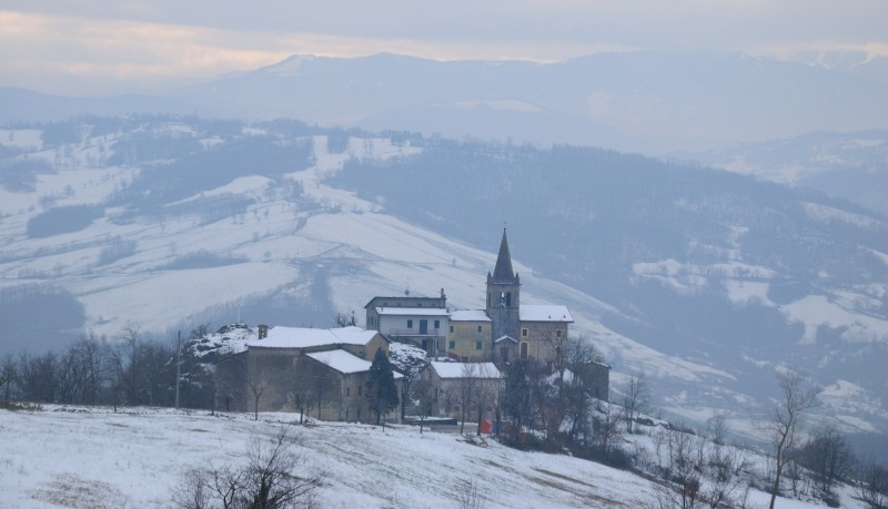 Il panorama del borgo innevato di Prignano sul Secchia