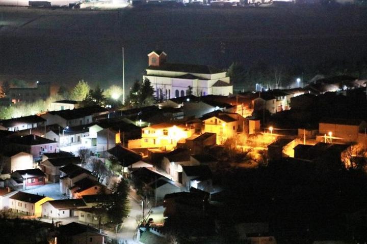 Un'immagine notturna della stazione di Aielli