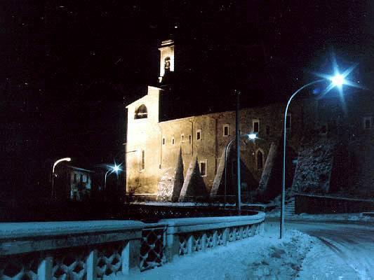 Un'immagine notturna di uno scorcio del borgo innevato di Castelvecchio Subequo
