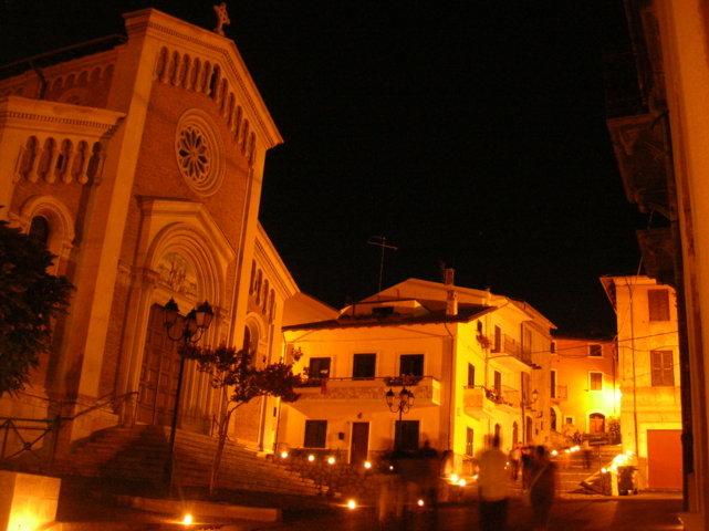 Un'immagine notturna del centro storico di Cerchio