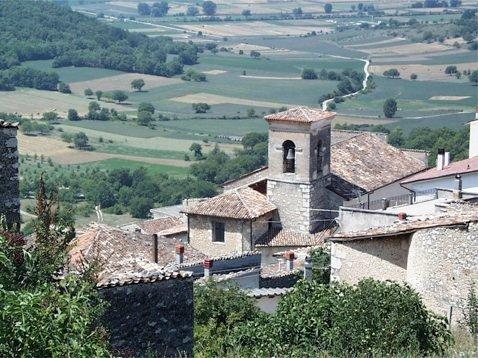 Lo scorcio del borgo storico di Fagnano Alto