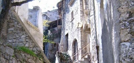 Lo scorcio del borgo antico di Introdacqua