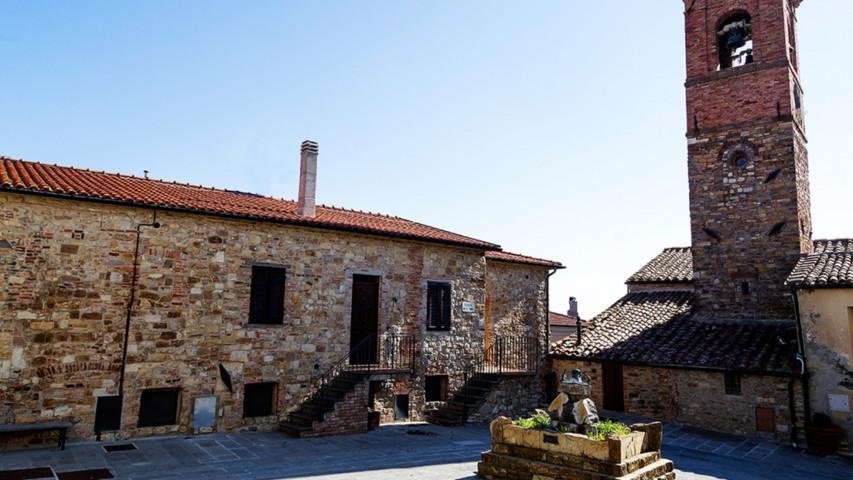 Un'immagine del centro storico di Monteverdi Marittimo