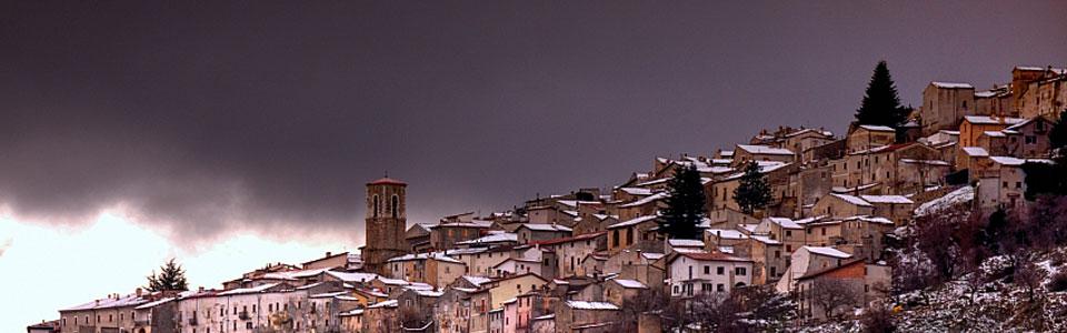 Il panorama del borgo innevato di Ortona dei Marsi