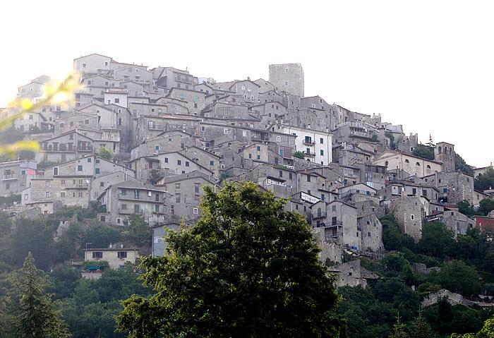 Il panorama del borgo di Pereto