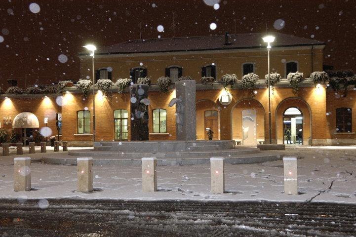 La piazza di Pontedera di notte con la neve