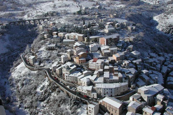 Un'immagine aerea del panorama del borgo innevato di Prezza