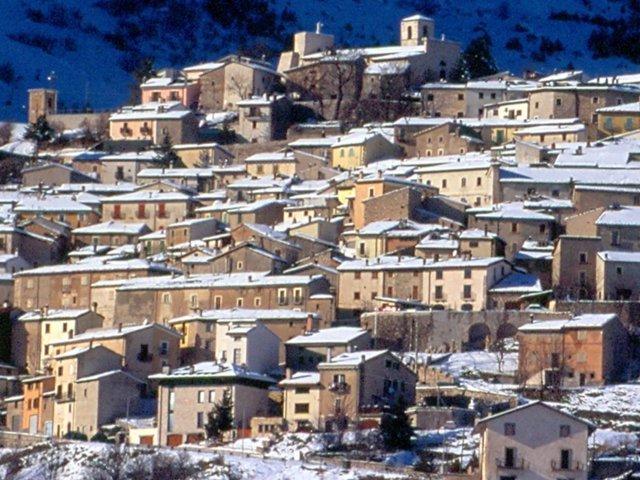 Il panorama con la neve di Rocca di Cambio