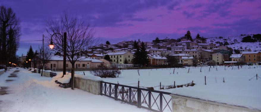 Un'immagine notturna con la neve di Rocca di Mezzo