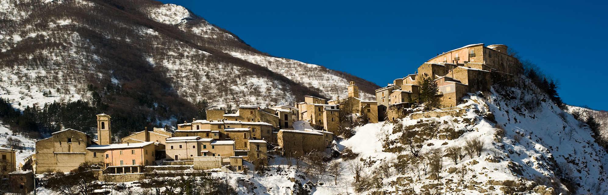 Il panorama del borgo innevato di Villalago