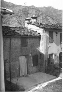 Immagine storica di comignoli con mamme a Chiesina Farnè