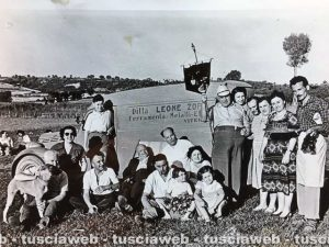Un'immagine storica della famiglia della Ferramenta Zoppis in gita con il furgone aziendale