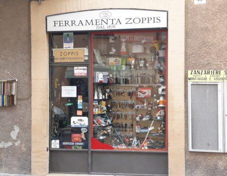 La porta d'ingresso e la vetrina della Ferramenta Zoppis