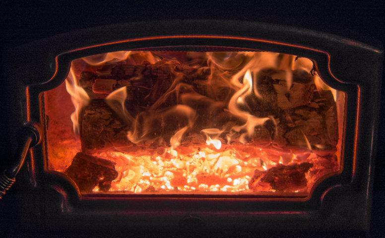 Braciere della stufa a legna alla massima potenza